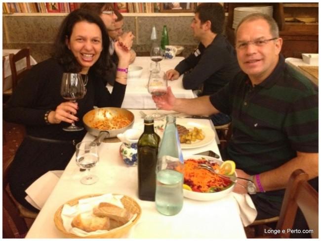 Brinde na mesa na Taverna Trilussa em Roma